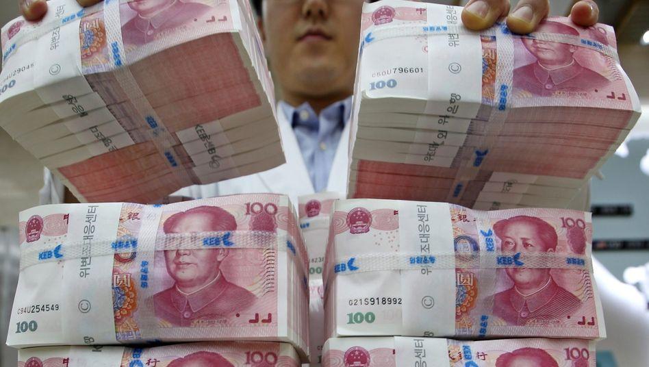 Kapitalflucht: Alleine in 2015 dürften rund 1000 Milliarden US-Dollar das Land verlassen haben. Bei dem derzeitigen Tempo wären die ansehnlichen Devisenreserven des Landes in rund zweieinhalb Jahren verbraucht. Wird es dazu kommen oder wertet China den Yuan vorher drastisch ab?