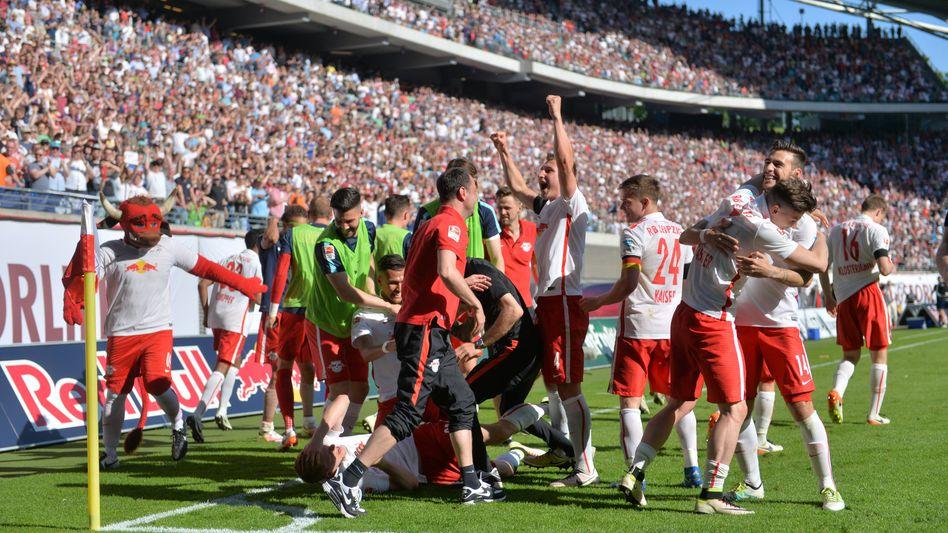 Gerade hat Leipzigs Marcel Halstenberg zum 2:0 gegen den Karlsruher SC getroffen. Red Bull ist in der Bundesliga.