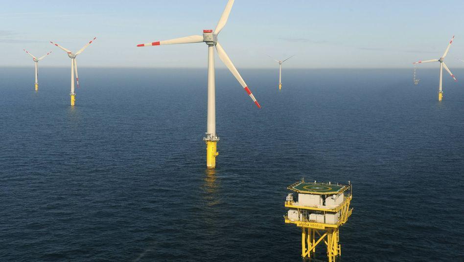 Seltenes Bild: Die Windräder des Testparks Alpha Ventus stehen noch ziemlich allein in der Nordsee