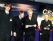 Siegerstimmung: Mit launigen Worten stellte Wirtschaftsminister Werner Müller die drei Hauptsieger Stefan Güldenberg, Stefan Heinrichs und Simon Peter (v. l.) dem Publikum vor
