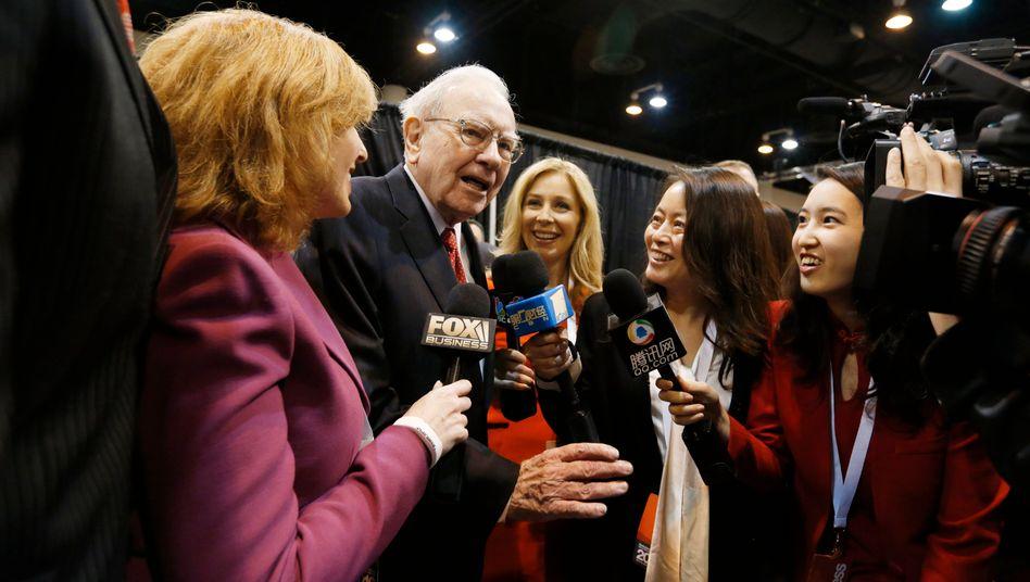 Kein Mangel an Groupies: Warren Buffett, einer der reichsten Menschen des Planeten, auf der Hauptversammlung seiner Investmentfirma Berkshire Hathaway am 30. April.