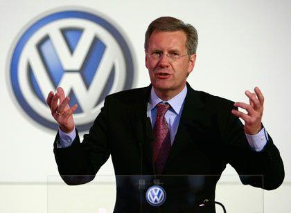 """""""Ein guter Tag für Deutschland"""": Niedersachsens Ministerpräsident Wulff begrüßt den Zusammenschluss von Volkswagen und Porsche"""