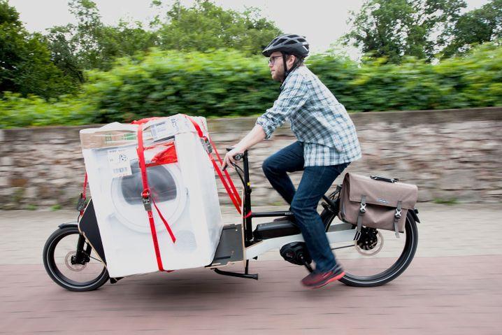 Transporter mit Pedalen: Auf entsprechend konstruierten Lastenräder bringt man auch schon mal eine Waschmaschine vom Geschäft bis nach Hause.
