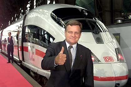 Zuversichtlich: Mehdorn mit ICE-Zug im Frankfurter Hauptbahnhof
