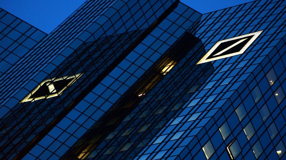 Zentrale der Deutschen Bank in Frankfurt: Effizenzgewinne und bessere Abläufe sollen 2,5 Milliarden Euro bis 2018 sparen