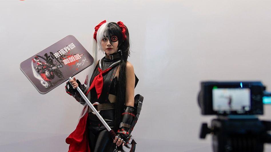 """""""Geistiges Opium"""": Rollenspielerin am Stand von Tencent Games auf der Entertainment-Messe Chinajoy in Shanghai Ende Juli"""
