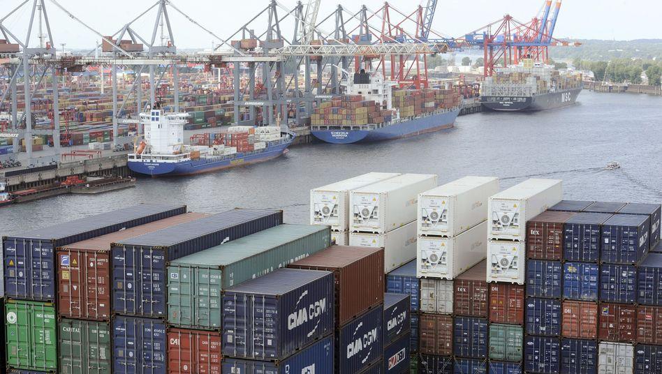 Containerschiff in Hamburg: Die Nachfrage nach Schiffskapazitäten wird mit 5 bis 7 Prozent langsamer wachsen als das Angebot, sagt die Deutsche Bank