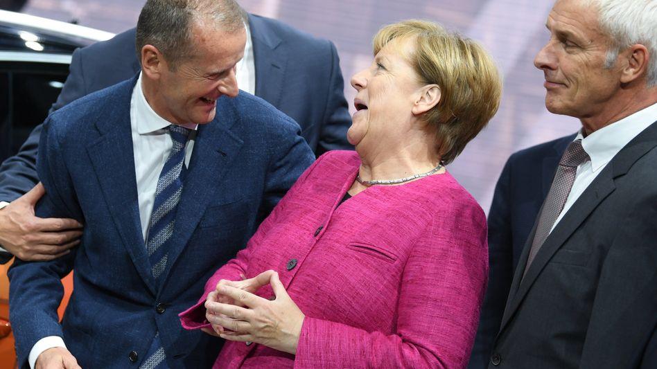 Angela Merkel und VW-Konzern-Chef Herbert Diess (Bild Archiv): Ein im Einzelfall lascheres Emissionsschutzgesetz würde der Autoindustrie entgegenkommen. Die Aktienkurse der Autobauer legten am Montag nach Merkels Ankündigung zu