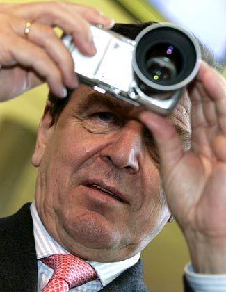 Skeptischer Blick: Kanzler und Kamera