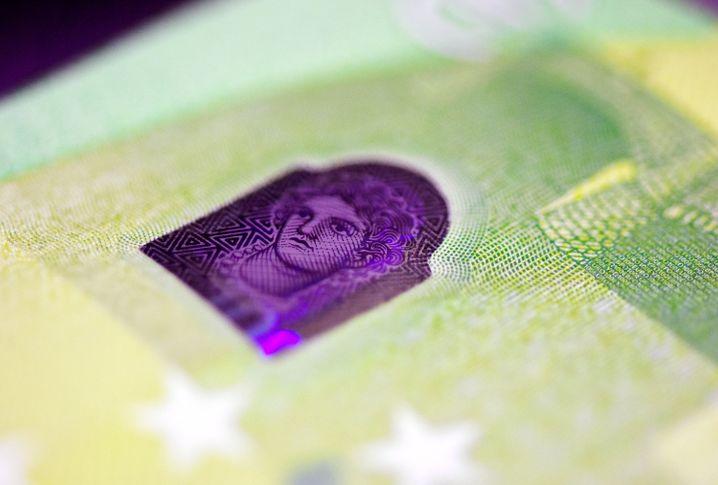 Das sogenannte Satelliten-Hologramm auf der Rückseite einer neuen 100-Euro-Banknote
