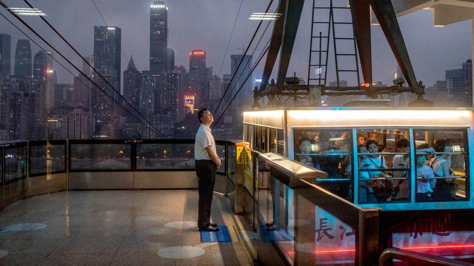 Effizientes Transportwesen: Die Seilbahn in Chongqing bringt die Menschen über den Fluss Jangtse hinweg zur Arbeit, entlastet den Verkehr und erspart eine Brücke