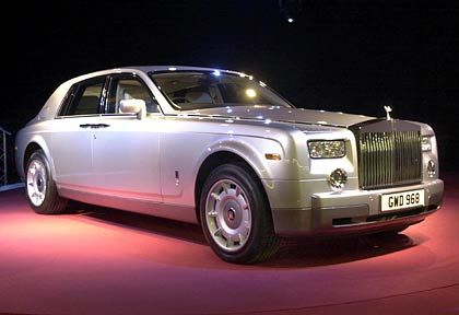 Motor-Monster: Der Royce (so kürzen die wahren Kenner die Marke mit der geflügelten Kühlerfigur ab) wird zum Beispiel von einem komplett neu konzipierten Zwölf-Zylinder-Motor angetrieben, der stolze 460 PS leistet