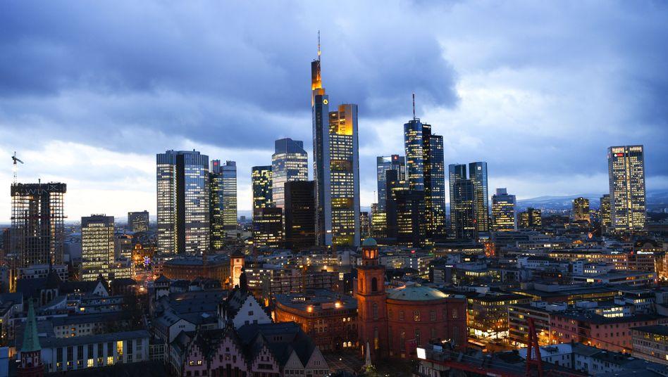 Bankenviertel Frankfurt: Mit dem Brexit haben bis jetzt 31 ausländische Banken einen Standort in Frankfurt aufgemacht - mehr als in jeder anderen Banken-Stadt Europas. Durch den Stellenabbau wächst die Zahl der in Frankfurt beschäftigen Banker aber kaum noch, heißt es in einer Studie.