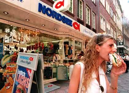 """Füttern und Nähren: Als die Beteiligungsgesellschaft Apax Partners 1997 mit rund 250 Millionen Euro bei der Restaurantkette Nordsee einstieg, setzten die Beteiligten auf weitere Expansion des """"gesunden"""" Schnellrestaurants. Der Deal gilt als Erfolg, im Gegensatz zur Übernahme der Berliner Bundesdruckerei: Da das Chipkartengeschäft einbrach, musste Apax die defizitäre Druckerei zum symbolischen Preis von einem Euro wieder verkaufen"""