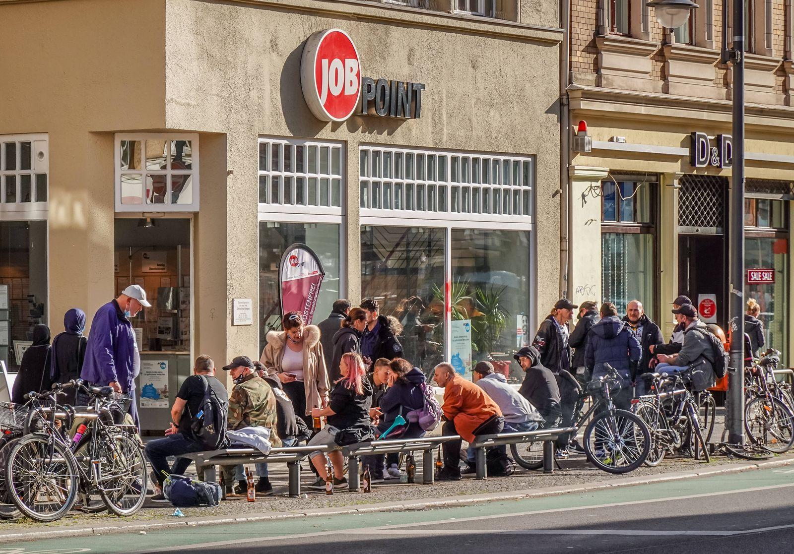 22.10.2020. Straßenszene in Zeiten von Corona. Hotspot Neukölln. Arbeitslose Menschen vor dem Job Point Karl-Marx-Stras