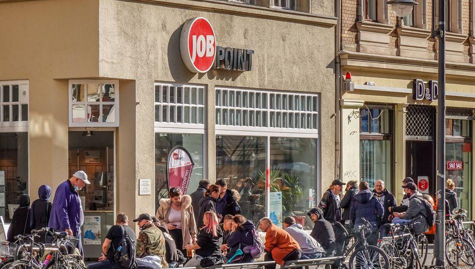 Arbeitslose Menschen vor einem Job Point in Berlin: Im Vergleich zum Vorjahr ist die Arbeitslosenzahl um 556.000 gestiegen