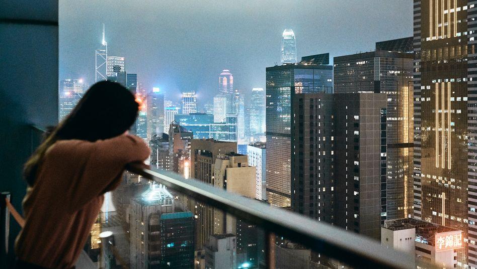 Denkmäler: Blick von einer Rooftop-Bar in Wanchai auf die Skyline des Finanzzentrums in Central