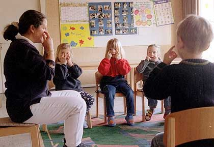 Verlorener Kinderspaß: Spielerisches Lernen - wie das Lernen von mehreren Sprachen in der frühen Kindheit - ist später nicht mehr möglich. Die Lernprozesse laufen dann in bereits festgelegten Hirnstrukturen ab.