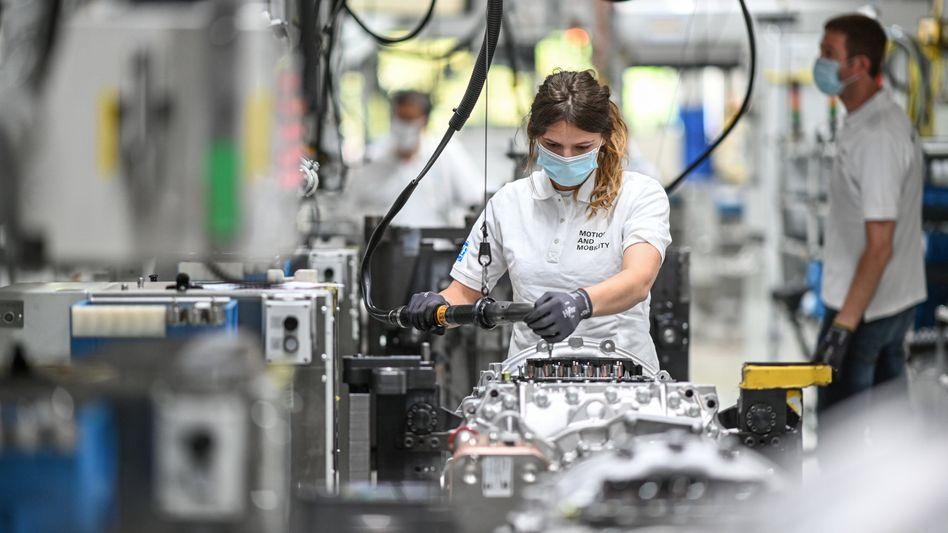 Monteurin beim Automobilzulieferer ZF Friedrichshafen: Der Maschinenbau in Deutschland erholt sich schrittweise von den Folgen der Corona-Krise