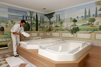 """Für das Baden zu zweit: Die Spa-Suite im """"Brenner's"""" - intime Relax-Landschaft samt Sauna, Dampfbad und Butler - ist vier Monate im Voraus ausgebucht"""