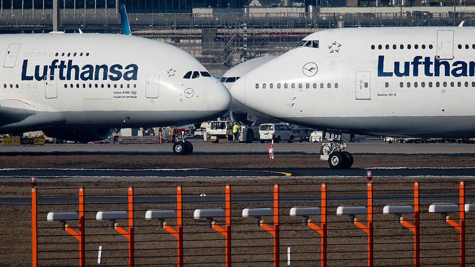 Ein Airbus A380 (links) und eine Boeing 747 der Lufthansa am Frankfurter Flughafen