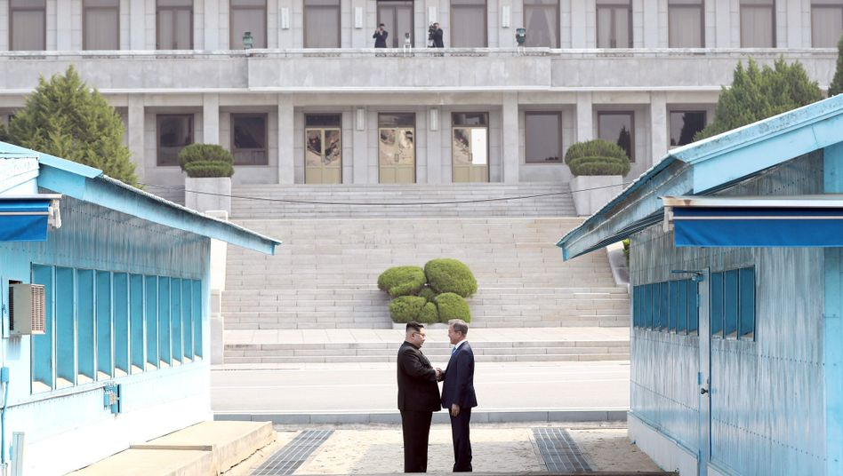 Historischer Handschlag: Kim Jong Un (links) und Moon Jae-In
