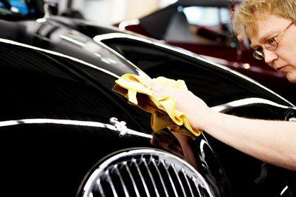 Hochglanz per Hand: Gut 100 Mitarbeiter stellen die Sportwagen in Handarbeit her