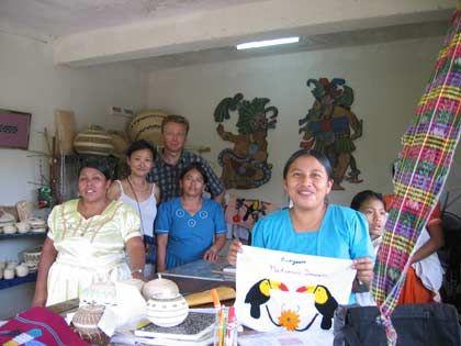 Kaum Interesse an Profit: PwC-Partner Karl Gadesmann gibt einer Maya-Fraueninitiative in Punta Gorda (Belize) Tipps für den Verkauf ihres Kunsthandwerks