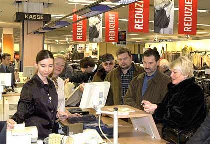 Zurückhaltende Käufer: Deutsche verschieben teure Anschaffungen