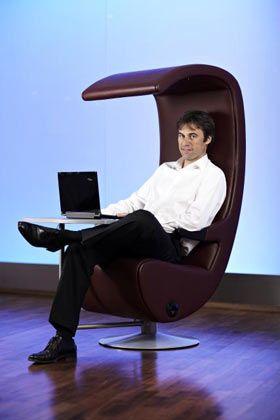 """Virtueller Virtuose: Seit Jahren ist Achim Berg (42) voll elektronisch organisiert. Der neue Deutschland-Chef von Microsoft schätzt Management by E-Mail, warnt aber auch: """"Mit der Geschwindigkeit steigt das Risiko, Fehlentscheidungen zu treffen."""" Auch privat setzt Berg auf das Digitale - er lebt mit seiner Familie in einem komplett vernetzten Haus."""