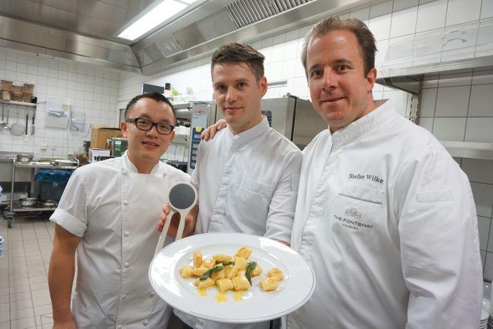 Bestnote für den Potato Ricer: Souschef John Ho, Chefkoch Cornelius Speinle und Küchendirektor Stefan Wilke (von links) sind von dem eleganten kleinen Gerät überzeugt