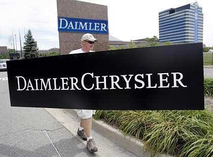 Ausgedient: Wie in dieser Fotomontage soll der DaimlerChrysler-Schriftzug in der Nacht zu Freitag abmontiert werden