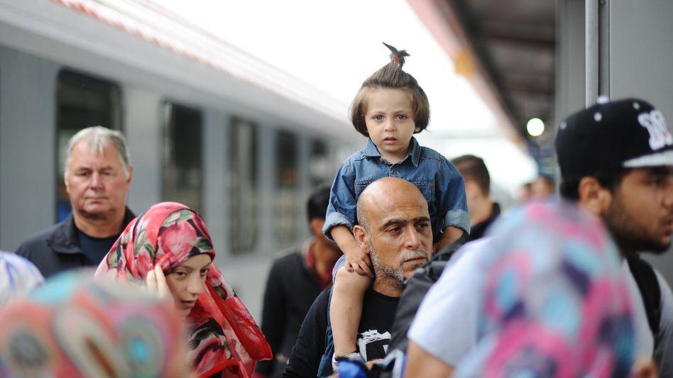 Ankunft in Deutschland: Eine Familie aus Syrien begibt sich am Bahnhof in Rosenheim auf den Weg zur Registrierungsstelle