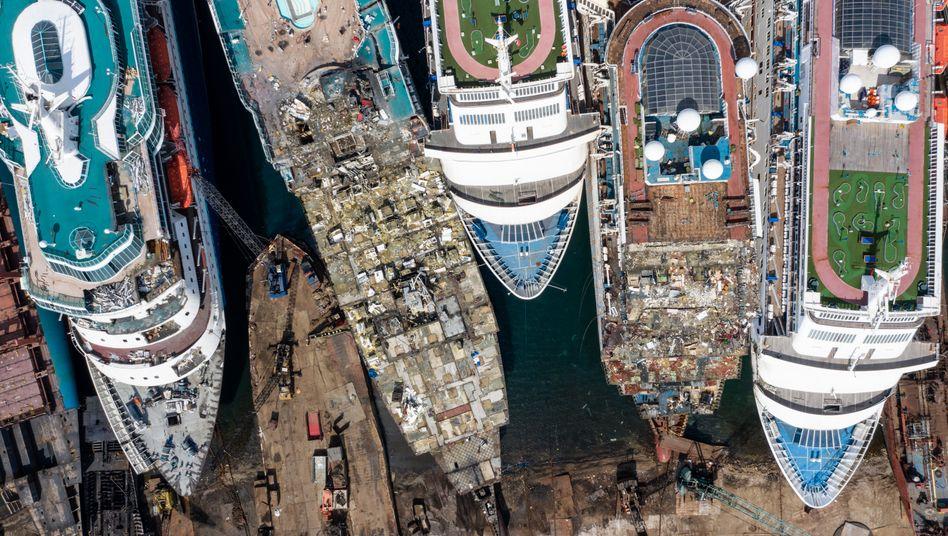Vom Urlaubsparadies auf den Schrottplatz:Eben noch konnten die Kreuzfahrtanbieter nicht schnell genug neue Schiffe bekommen. Nun geht es ums Überleben.