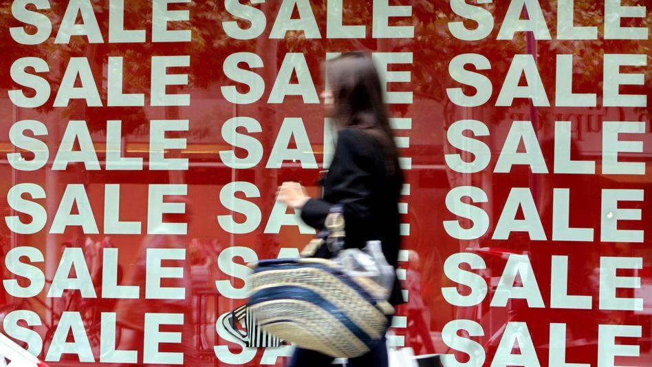 Einkaufen: Viele kaufen lieber Konsum-Artikel statt Aktien