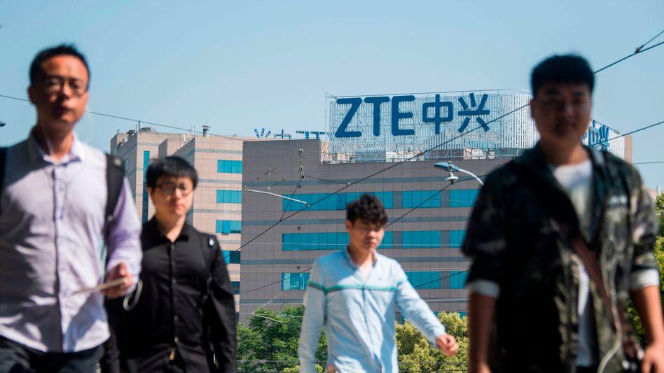 ZTE: Ohne Technologie aus den USA droht dem chinesischen Netzwerkriesen das Aus. Da ZTE jedoch die Auflagen der US-Regierung erfüllt hat, hat die US-Regierung ihre Sanktionen aufgehoben