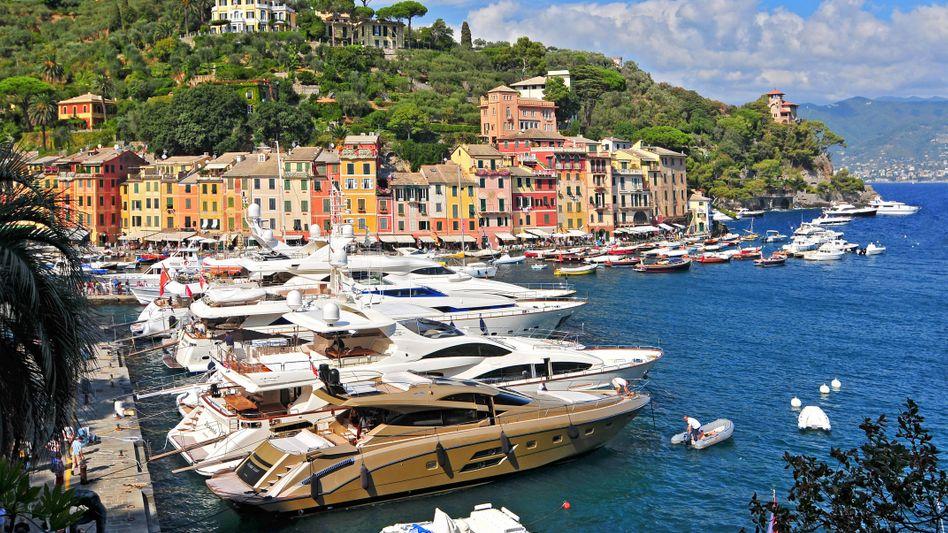 Yachten vor Portofino: Italiens Ministeuer für Ausländer scheint viele superreiche Ausländer anzulocken