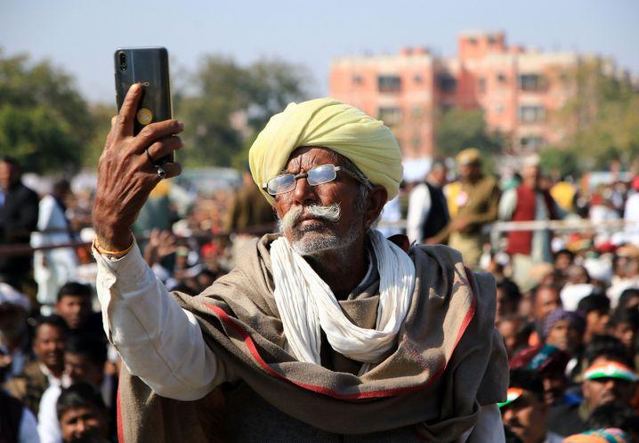Im Inder-Net: Smartphone-Nutzer in Indien.