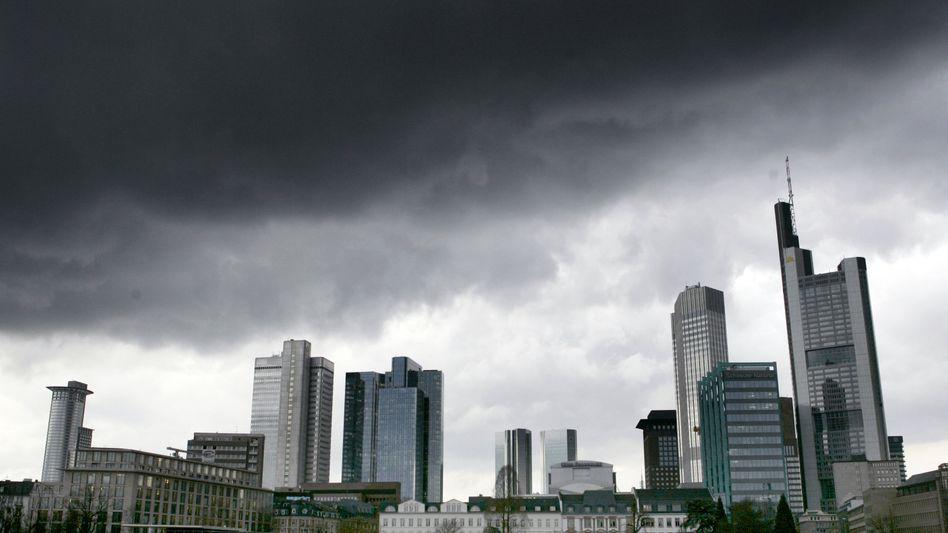 Bankenviertel Frankfurt: Die deutschen Institute haben mit Ausnahme des Branchenführers Deutsche Bank trotz kräftig gestiegener Aktienmärkte im ersten Halbjahr Schwächen gezeigt