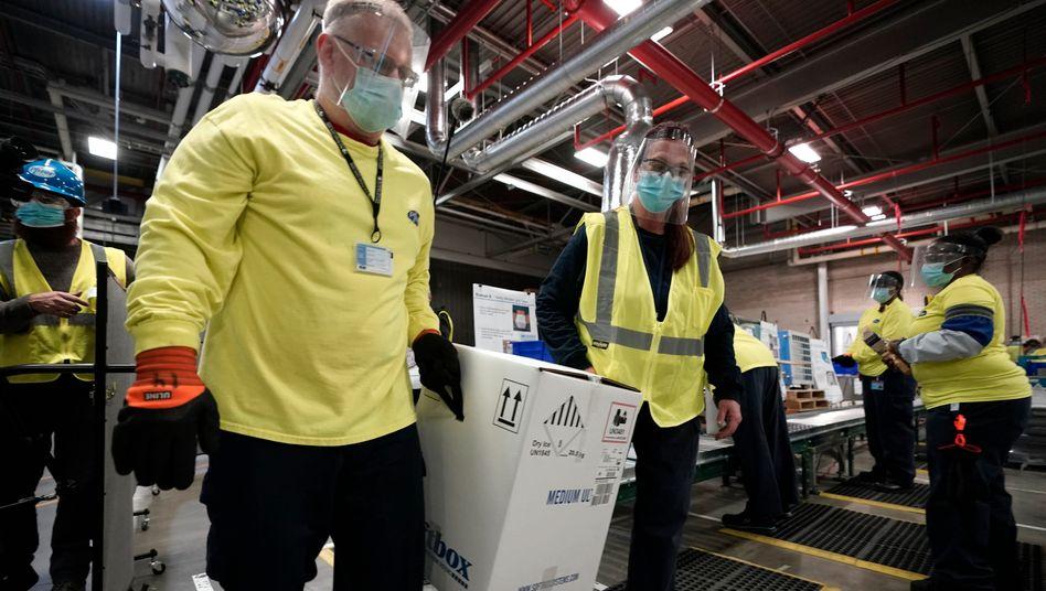 Wertvolle Ladung: Abfertigung des Corona-Impfstoffs von Biontech und Pfizer in einem Logistikzentrum des US-Konzerns im Staat Michigan