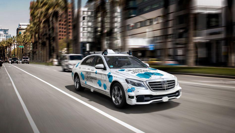 Selbstfahrender Mercedes als Mitfahrdienst in San Jose: Ein Sicherheitsfahrer ist als Begleitung dabei