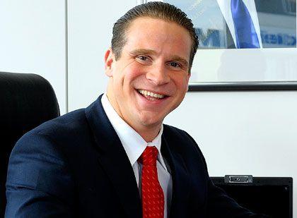 """""""Unser Geschäftskonzept vereint zwei lukrative Strategien in einer"""": Stephan Schäfer gründete 2002 gemeinsam mit seinem Kompagnon Jonas Köller die S & K Unternehmensgruppe. Mit verschiedenen Tochterfirmen kauft das Unternehmen Immobilien aus Zwangsversteigerungen, um sie dann an Investoren zu veräußern. Bis heute hat die S & K Gruppe nach eigenen Angaben bei über 200 Transaktionen ein Kaufvolumen von mehr als zwölf Millionen Euro abgewickelt. Mindestens 28 Millionen Euro an Veräußerungserlösen wurden dabei erzielt."""