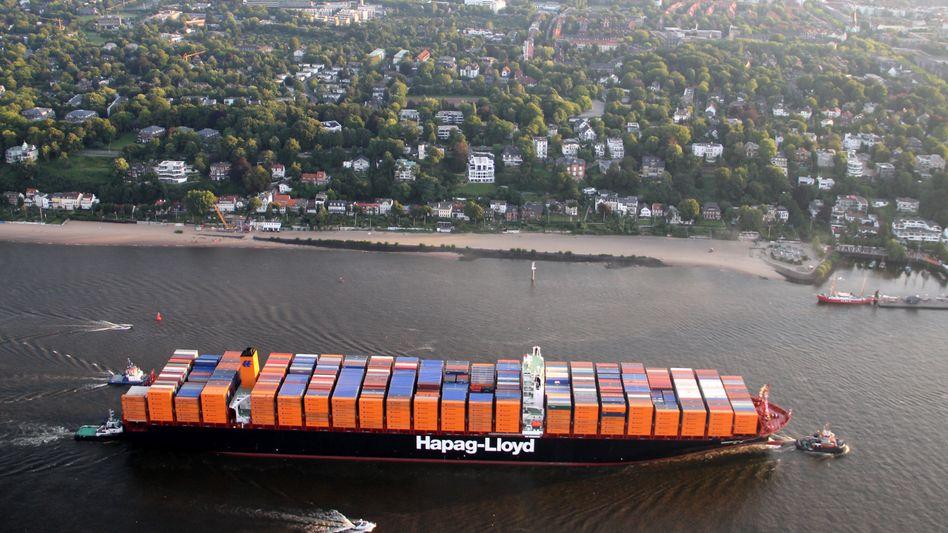 """Große Schiffe - """"kleiner"""" Börsengang: Der Container-Riese Hapag-Lloyd will den geplanten Börsengang durchziehen, auch wenn die Reederei wohl unter dem Strich nur etwa halb so viel einspielen wird wie ursprünglich erhofft. """"Das ist für alle eine Enttäuschung"""", sagt ein Banker."""