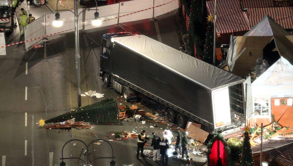 Ob Baum oder Mensch: Der Fahrer des Sattelschleppers hat auf dem Berliner Weihnachtsmarkt gestern Abend einfach alles niedergewalzt