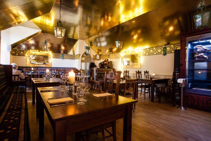 Sakraler Saal: Im Restaurant auf dem Dachboden fühlt man sich wie in der Kirche