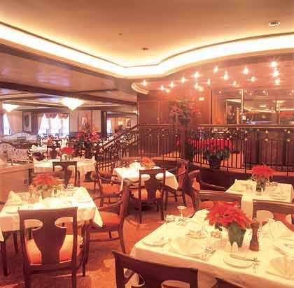 Glänzender Speisesaal: Das Bordrestaurant der QE2