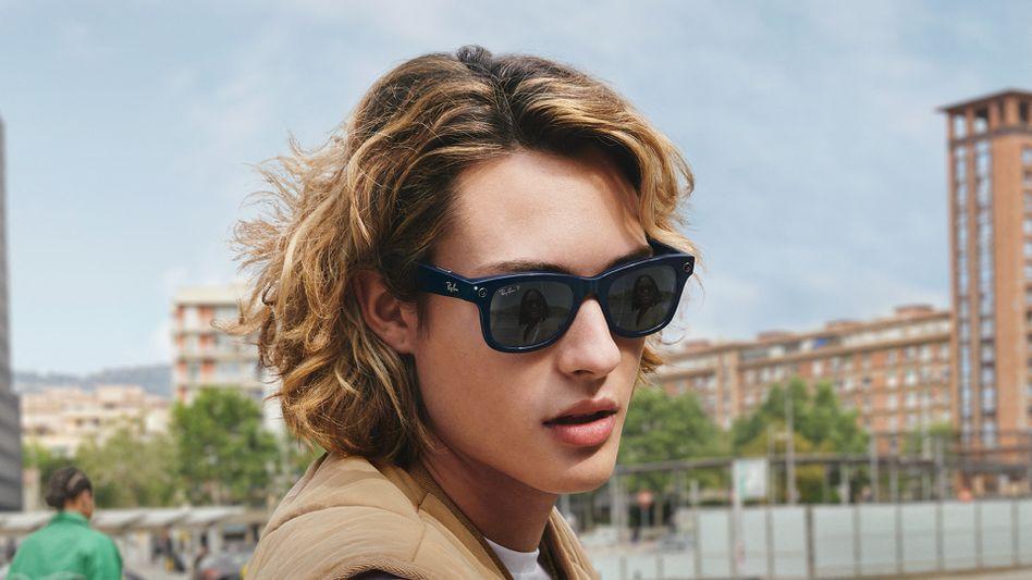 Fotos und Videos auf Knopfdruck: Model mit der smarten Brille von Facebook/Ray-Ban