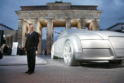 Größenvorteil: Erst Audi-, dann Volkswagen-Chef: Martin Winterkorn 2006 mit einem Modell des Audi TT