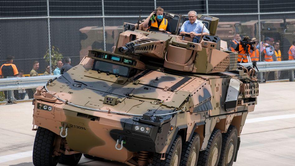 Australiens Premierminister Scott Morrison (mit Hemd) fährt Rheinmetall-Panzer zur Eröffnung eines Standorts in Queensland am 11. Oktober