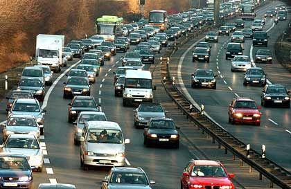 Andrang: Die Autobahn wurde kurzerhand zur Einbahnstraße